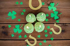 Green cupcakes, horseshoes and shamrock Royalty Free Stock Photography