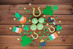 Green cupcakes and st patricks day decorations Royalty Free Stock Photos