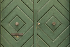 Green_door_with_diamond_pattern-2 免版税库存照片