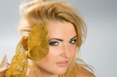 Green-eyed Blondine mit Lilie des goldenen Calla Stockfoto