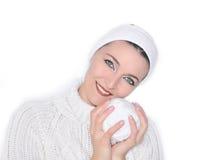 Green-eyed, lächelndes Mädchen mit der weißen Kugel Stockfoto
