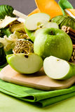 green för efterrätt för äpplebrädecutting arkivfoto