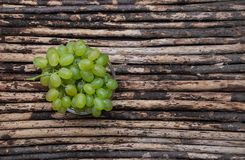 Green grape on the wood texture background Royalty Free Stock Photos