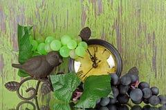 Green grapes with an artistic clock Στοκ φωτογραφία με δικαίωμα ελεύθερης χρήσης