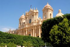 Green hedges and facade of the cathedral in Ragusa in Sicily Stock Photography