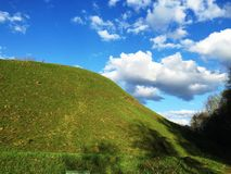 Green hill and blue sky Royalty Free Stock Photos