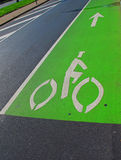 Green Lane Highway. A brightly-painted green bike lane keeps 2-wheel commuters safe next to cars in downtown Philly, PA Stock Image