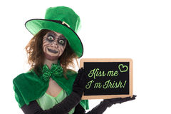 Green Leprechaun holding a slate with text Kiss me i´m irish, i Royalty Free Stock Photography