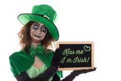 Green Leprechaun holding a slate with text Kiss me i´m irish, i Royalty Free Stock Photography