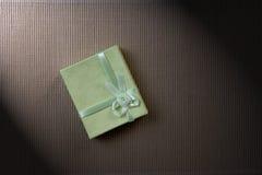 Green mini gift box with ribbon Royalty Free Stock Photography