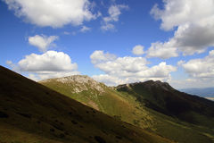 Green mountains with clouds Royalty Free Stock Photos