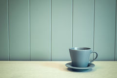 Green mug on wooden table over green background Stock Photography