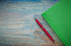 Green notepad pen on vintage wood board copy space education con Stock Photography