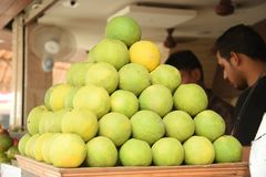 Green orange arranged. Beautifully arranged green oranges in the market Royalty Free Stock Photography