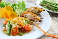 Green papaya salad Grilled shrimp Royalty Free Stock Photos