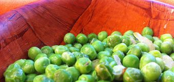 Green peas. In the brown bowl to eat Royalty Free Stock Photos