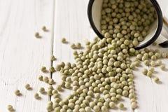 Green peas in a enamel mug Royalty Free Stock Photos