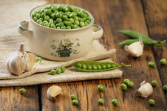 Green peas and garlic Royalty Free Stock Photography