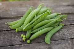 Green peas on wooden background Stock Photography