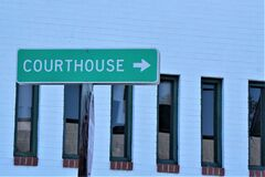 Directional street sign arrow pointing toward Courthouse