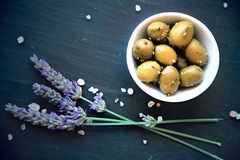 Green Provencal olives with herbs de Provence Royalty Free Stock Photos