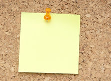 Green reminder note with orange pin Royalty Free Stock Images