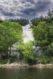 Green River bedeckte mit Wald Lizenzfreies Stockbild
