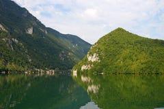 Green River och berg Royaltyfri Foto