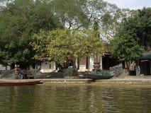 Green River som parfymerar pagoden i Hanoi, Vietnam, Asien Arkivbild