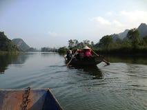 Green River som parfymerar pagoden i Hanoi, Vietnam, Asien Arkivbilder