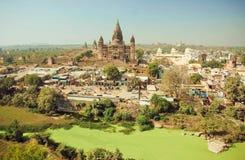 Green River sucio y gran templo hindú de Chaturbhuj en ciudad india Imagenes de archivo