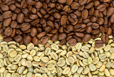 Green and roasted coffee beans Royalty Free Stock Images