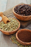 Green and roasted coffee beans Royalty Free Stock Photography