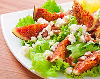 Green salad with figs, cheese and walnuts Royalty Free Stock Photography