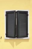green shutters fönstret Royaltyfri Fotografi
