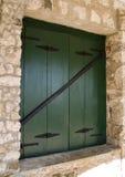 green shutters fönstret royaltyfria bilder
