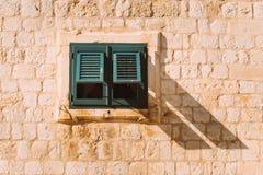 green shutters fönstret Fasaden av hus arkivfoton
