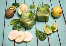 Green smoothie with avocado, spinach, lime, kiwi, and pear in a Stock Photography