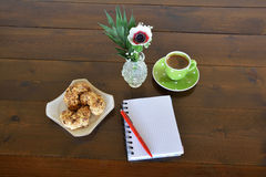 Green spotty mug and note pad Royalty Free Stock Images
