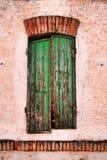 green stängt med fönsterluckor fönster arkivfoto