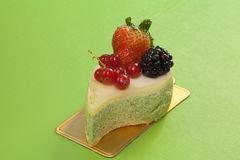 Green tea mouse cake with mixed berry fruits Royalty Free Stock Photos