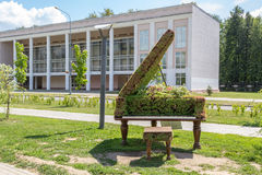 Green topiary statue of grand piano Royalty Free Stock Images