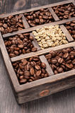 Green unroasted and brown coffee beans Royalty Free Stock Images