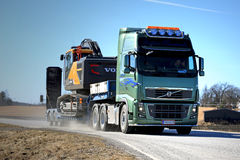 Green Volvo FH16 Transports Volvo CE Crawler Excavator royalty free stock photography