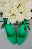 Green wedding shoes and bridal bouquet of white Royalty Free Stock Photography