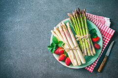 Green and white fresh asparagus Royalty Free Stock Photos