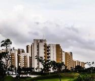 Greenary en wolken die bouwen stock foto