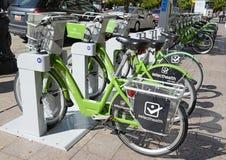 GREENbike是给予人们能承受和不伤环境的运输选择的自行车份额节目 库存照片