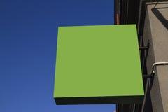 Greenery signboard na ścianie przeciw niebieskiemu niebu Kwadratowy kształta egzamin próbny up obraz royalty free