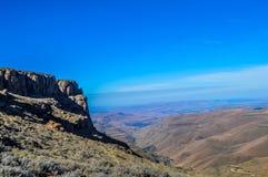 Greenery w Sani przechodzi pod niebieskim niebem blisko królestwa Lesotho Południowa Afryka KZN i Midlands rabatowy pobliski mean obraz stock